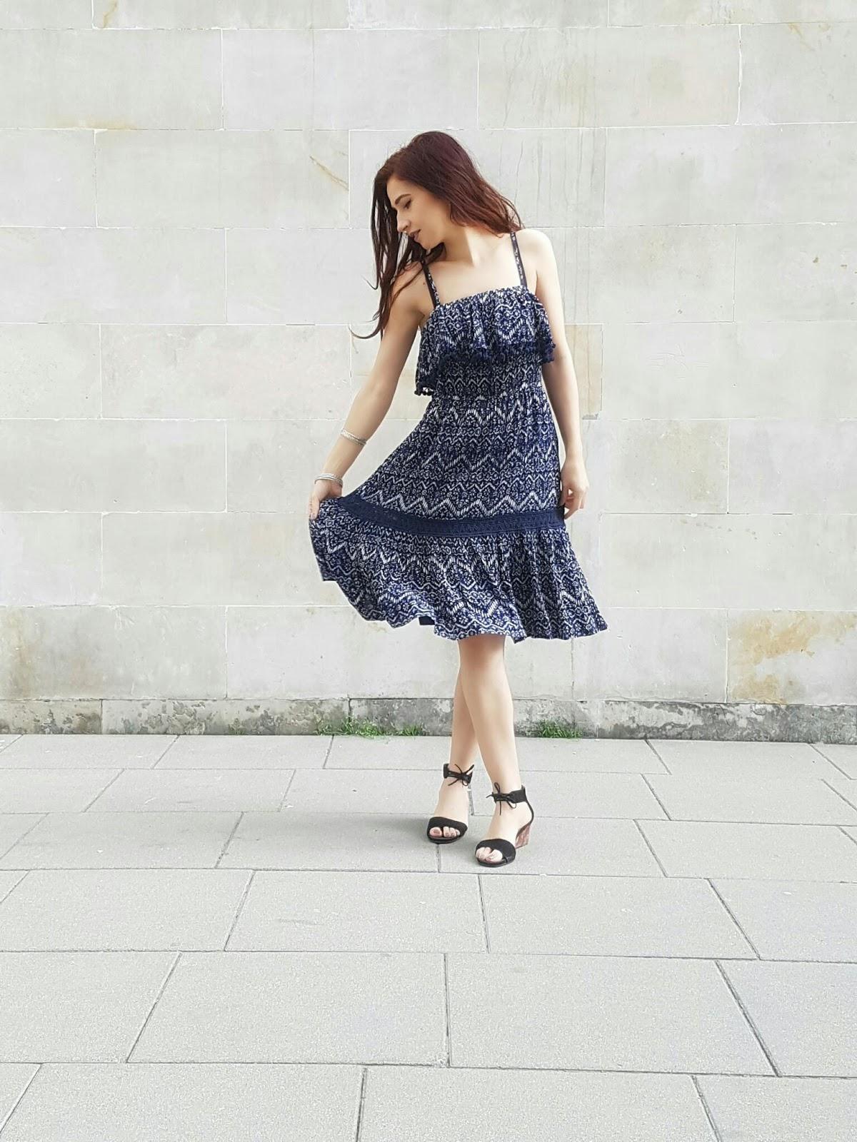 Sukienka z pomponikami