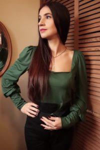 Zielona bluzka z dekoltem karo