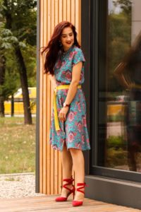 Sukienka w żywych kolorach